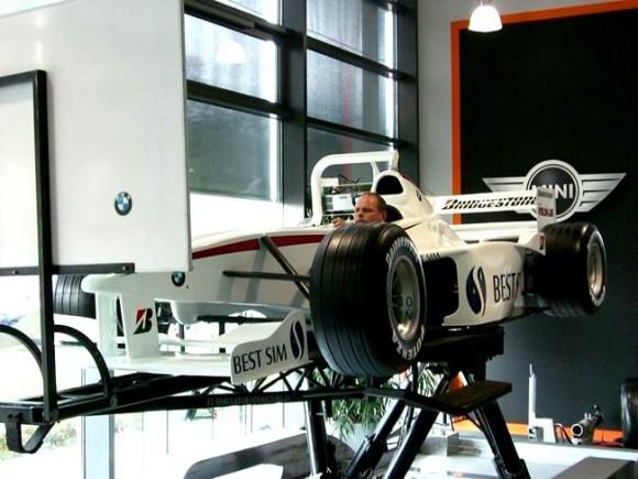 """In der Messehalle 4 stehen ein hydraulischer Simulator sowie das """"Boxenstopp-Spiel"""" für BesucherInnen jeden Alters zur Verfügung."""