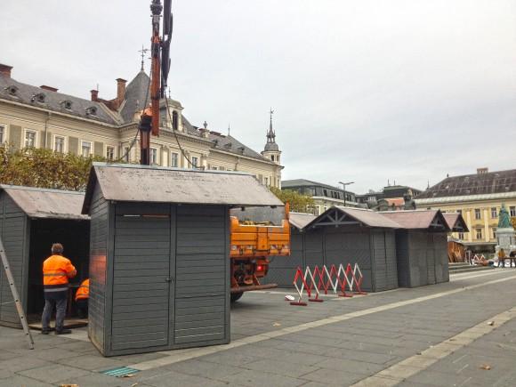 Die Hütten für den Christkindlmarkt 2013 werden aufgestellt.