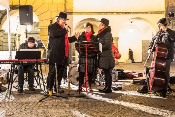 Stimmungsvolle Gospel Messe mit Wolfgang Schreiner und seiner Swing Combo am Domplatz. Fotos: pixel.at