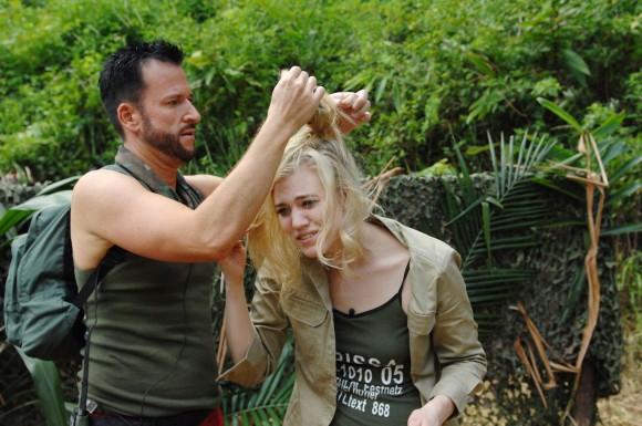 Larissa Marolt und Michael Wendler haben ihr Dschungeloutfit bekommen und machen sich mit der ersten Gruppe auf den Weg ins Camp.  (c) RTL / Stefan Menne