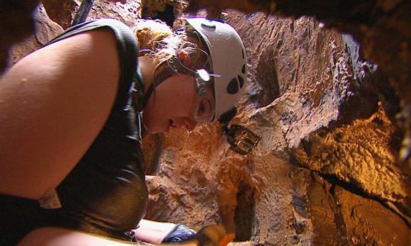 """Tag 2 - Dschungelprüfung 2 """"Höhlenmensch""""; Larissa Marolt kann in einer Höhle bis zu elf Sterne finden. Sobald sie in der Höhle ist hat sie elf Minuten Zeit für die Herausforderung. In absoluter Dunkelheit rieseln Steine, Kakerlaken und Grillen auf die Österreicherin. Plötzlich plumpst sie in einen unterirdischen Pool mit Aalen. Sie findet einen Stern und will die Höhle verlassen. Foto: RTL"""