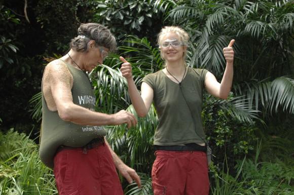 """Tag 6 - Dschungelprüfung 6 """"Schwere Zeiten""""; Larissa Marolt hat ihre sechste Dschungelprüfung überstanden. Winfried Glatzeder seine erste. Sie haben es geschafft: Alle zehn Sterne! Glücklich machen sich die beiden auf den Weg zurück ins Camp. (Foto: RTL)"""