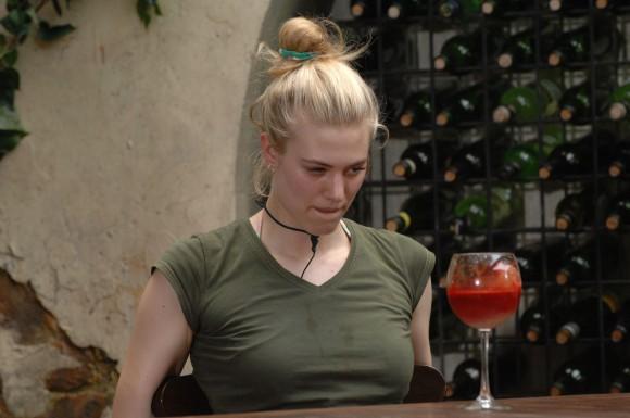 """Tag 5 - Dschungelprüfung 5 """"Dschungel-Weinprobe""""; Larissa Marolt (Foto) und Melanie dürfen gemeinsam zur fünften Dschungelprüfung antreten. Im Dschungel-Weinkeller gibt es einiges zu Schlucken für die beiden. Die dritte Runde besteht aus """"Dom Periode"""" - pürierte Emu-Leber mit einer Note von Emu-Blut. Wieder setzt Melanie beherzt an und leert das Glas. Larissa läßt auch diese Runde aus. Foto: RTL / Stefan Menne"""