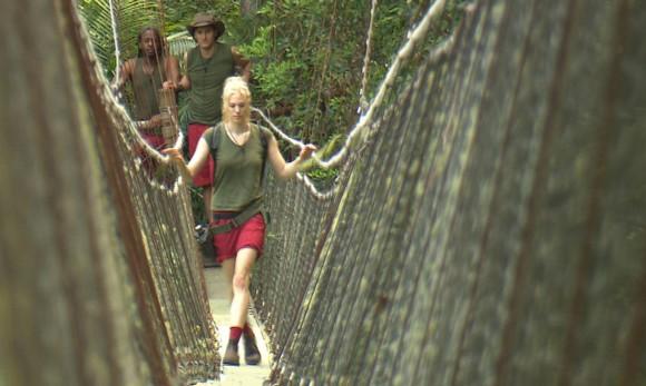 Tag 4 im Camp - Auf den Weg zu ihrer vierten Dschungelprüfung wird Larissa Marolt bis zur Hängebrücke von Marco Angelini und Mola Adebisi (l.) begleitet. Foto: RTL