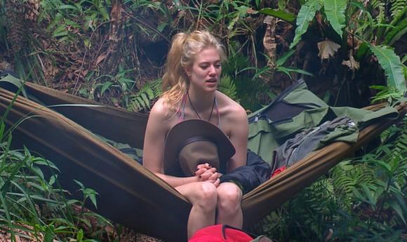 Tag 6 im Camp - Larissa Marolt sitzt traurig in der Hängematte.Foto: RTL