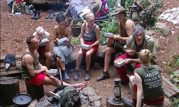 """Tag 5 im Camp - Winfried Glatzeder (2.v.r.) brüllt Larissa Marolt (r.) an: """"Oder hör"""" ganz auf. Mir geht es langsam auch die Nerven. Hör"""" auf! Aber da bist du zu geizig."""" V.l.: Jochen Bendel, Melanie Müller, Gabby de Almeida Rinne, Corinna Drews und Marco Angelini. Foto: RTL"""