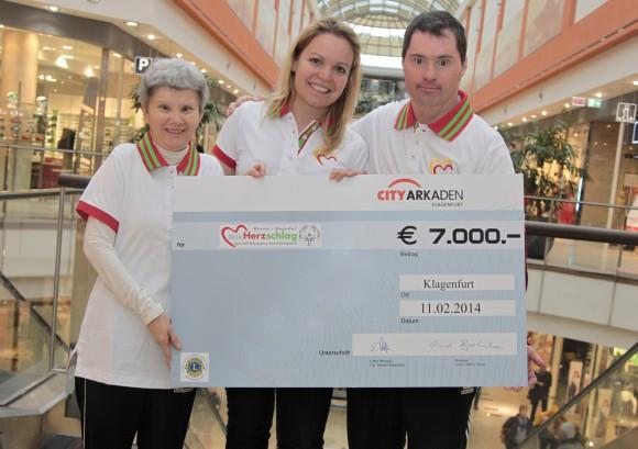 Generalsekretärin Birgit Morelli (mitte) und die Special Olympics Sportler Bettina Pipp und Rene Motschiunig von der Lebenshilfe Kärnten freuen sich über die großartige Unterstützung. Foto: Sonya Konitsch
