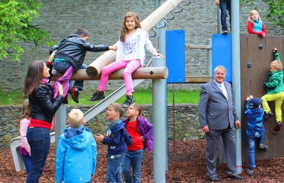 Stadtrat Peter Steinkellner freut sich mit den Kindern der Volksschule 1, die den neuen Spielplatz als erste testen.  Foto: StadtPresse/Fritz-Glinik