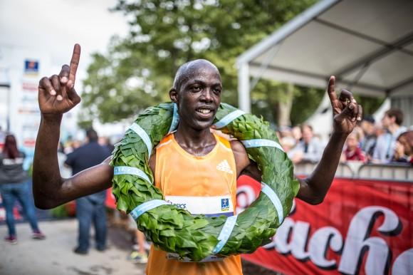Kärnten Läuft Sieger Ronoh Geoffrey nach dem Halbmarathon.