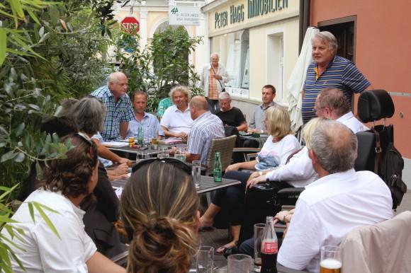 Stadtrat Peter Steinkellner informiert die interessierten Anrainer und Anrainerinnen in der Domgasse. Foto: StadtPresse/Didi Wajand