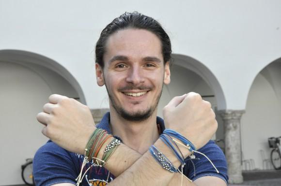 Alexander Zuzzi vertreibt Freundschaftsbänder, deren Verkauf einem guten Zweck zugute kommt