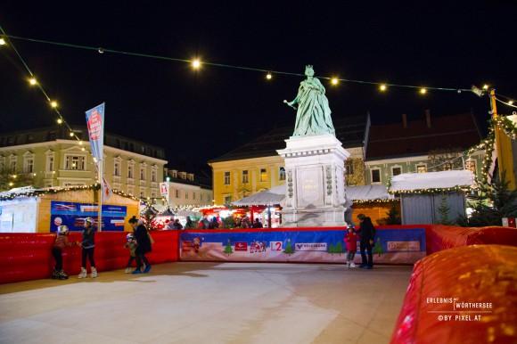 Der Schlittschuhplatz. Eislaufen auf Kunststoffplatten am Christkindlmarkt. Foto: pixelpoint