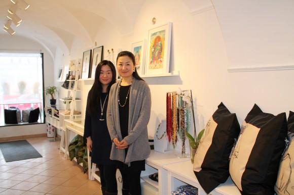 Im historischen Gemäuer des kleinen Ladens fertigen die Inhaberin Zixin Feiel und ihre Schwester Jasmin Feiel handgemachte Kunstwerke, allen voran Schmuck, zu erschwinglichen Preisen.  Foto: KM)