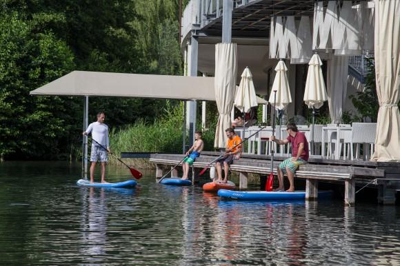 Im Sommer beliebt: Stand Up Paddeling in Klagenfurt am Wörthersee. Foto: pixelpoint
