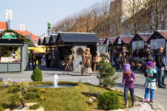 Am Ostermarkt präsentieren zahlreiche Standler in kleinen Holzhäuschen österliche Produkte. Foto: pixelpoint