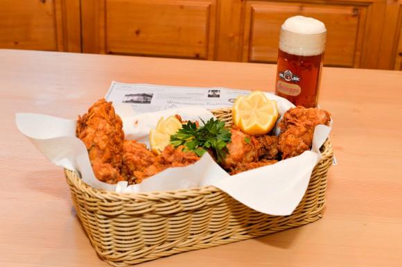 """Das Traditionsgasthaus """"Zum weißen Ross"""" überrascht mit köstlichen Backhendl-Gerichten. Foto: Nicolas Zangerle"""
