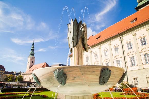 """Landhauspark, Seit 1997 steht der """"Gesang"""" vor der ruhigen, schlichten Fassade des Klagenfurter Landhauses. """"Gesang"""", so hat die Schöpferin des Kunstwerkes, Kiki Kogelnik, den Brunnen genannt. Foto: pixelpoint/Handler"""