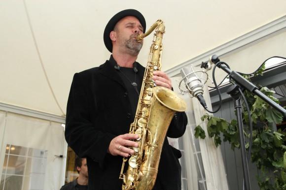 Mit einem Mix aus Jazz, Pop, Swing, Klassik, Samba und Bossa Nova erwarten die Swinging Strings mit Michael Malica, Richard Peterl , Nenad Nezmah-Cvitan die Besucher am Samstag, ab 11 Uhr.