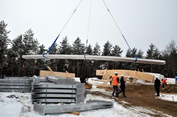 Die Lärchenholzträger sind unversehrt auf der Baustelle gelandet.