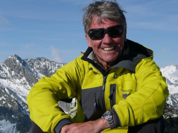 """Für seine herausragenden alpinistischen Leistungen wurde dem Zillertaler im Herbst 1999 von der österreichischen Bundesregierung der Berufstitel """"Professor"""" zugesprochen. Habeler hat zwei Söhne und lebt in Mayrhofen im Zillertal."""