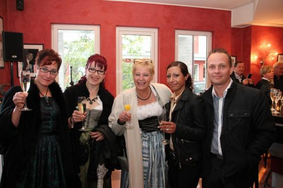 Gut gelaunt waren die Festgäste im Café 16er.