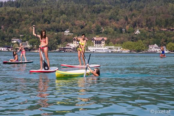 Am Freitag, dem 29. August, ab 17 Uhr können neben der Werft vor der Villa Lido Stand-up-Paddeling Interessierte den See mit Surfbrett und Paddel erobern.