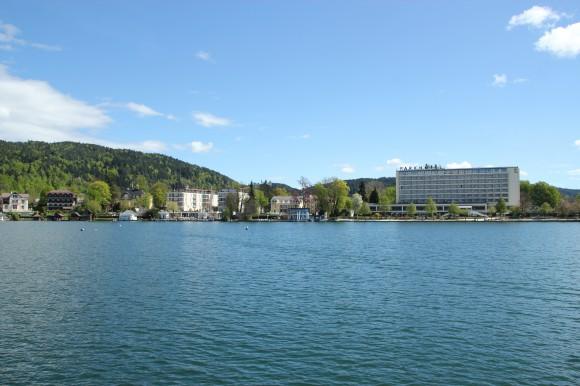 Dank der exklusiven Insellage des Parkhotels in Pörtschach können Urlaubsgäste hier von allen Zimmern den einmaligen Seeblick genießen.
