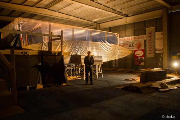Der Klagenfurter NRAbg. Philip Kucher stellt sich als Model zur Verfügung um die Größe des Nachbaus zu zeigen. Foto: pixel.at