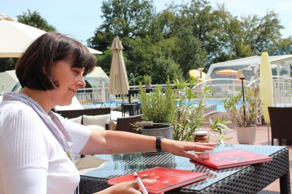 Andrea Grossmann beim Signieren ihrer Kochbücher. Foto: pixel.at