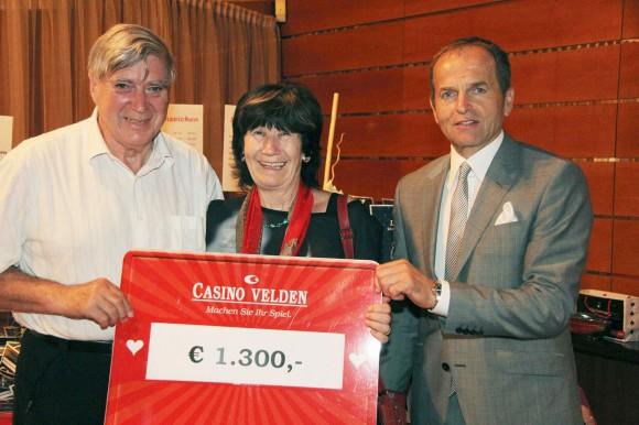 Gewinnerin Sofie Walter mit ihrem Ehemann und Casinodirektor Mag. Othmar Resch. Foto: Casino Velden