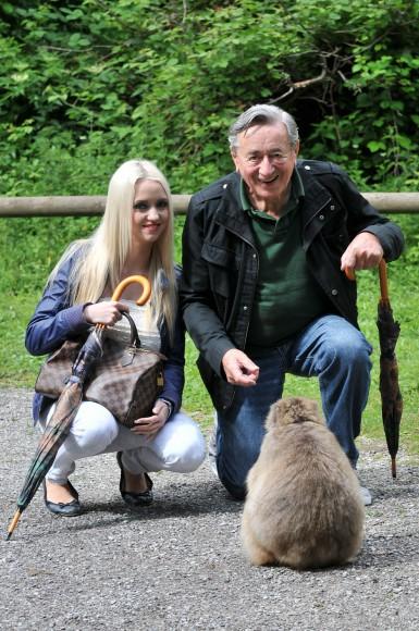 """Richard Lugner und seine Cathy """"Spatzi"""" Schmitz beim Kärnten Urlaub am Affenberg Landskron. Foto: Elke Schwarzinger"""