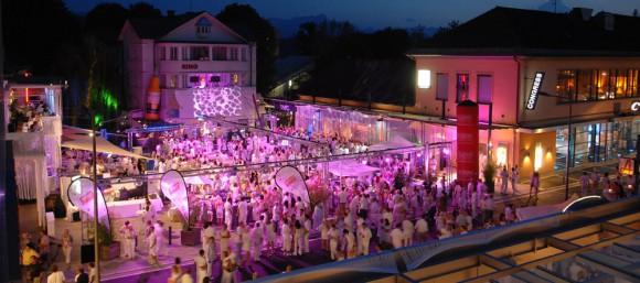 Schauen, flanieren, staunen - und feiern bis lange nach Sonnenaufgang. Foto: Pörtschach Tourismus