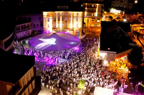 Ganz Velden verwandelt sich in die weiße Partyhochburg des Sommers. Foto: The White Nights Velden