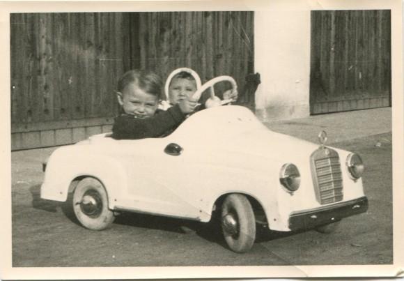 Heribert Kasper mit seiner Schwester im Mercedes. Foto: pixel.at
