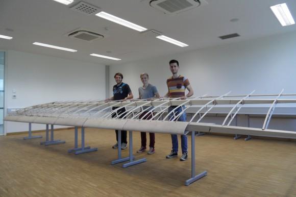 vl. Marius Müller, Fabian Hofstätter, Markus Kleinfercher beim fertigen des Flügels