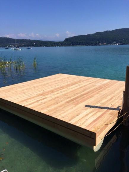 Die schwimmende Bühne für die DJs steht bereits.