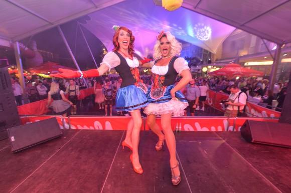 """""""Manege frei"""" für die Almdudler Trachten-Party mit den Dragqueens Melli & Mataina. Foto: pixelpoint/Nicolas Zangerle"""