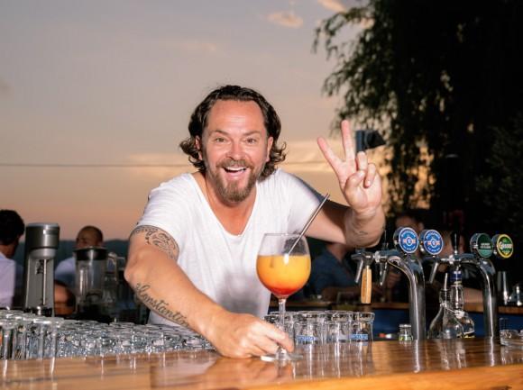 Passion Beach Bar_Barny Strasser beim Mixen_(c) Nicolas Zangerle