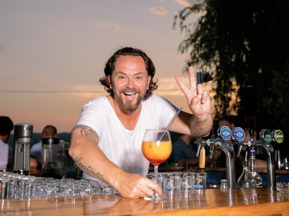 Wirt Barnie Strasser tauscht den Platz an der Cocktail-Bar für den an der Theke im Festzelt.