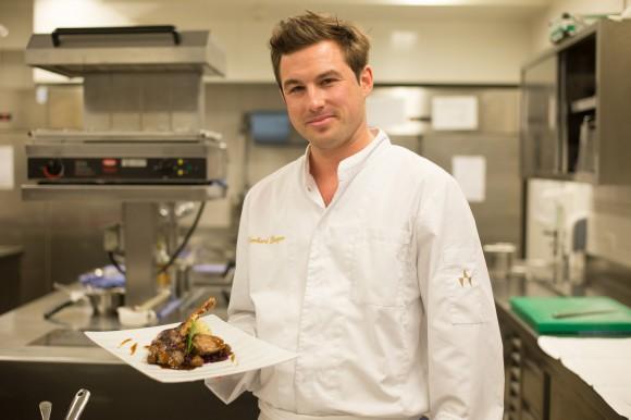 Werzer's Küchenchef Gerhard Burger serviert uns feines vom Martinigansl, Brust und Keule mit Apfelrotkraut und Erdäpfelknödel. Foto: pixelpoint/Zangerle