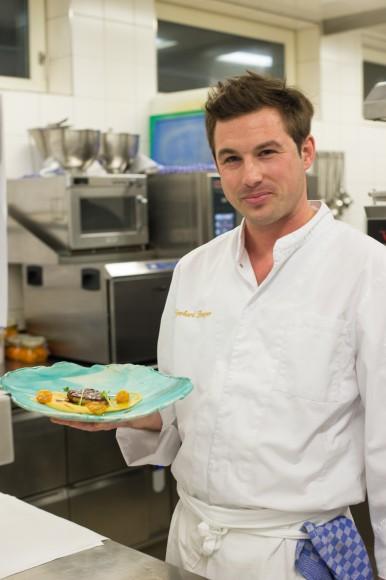 """Gerhard """"Gerard"""" Burger bereitet im Werzers's gbratene Bio Gansleber mit Kichererbsen- Kumquat Kompott und Kreuzkümmel zu. Foto: pixelpoint/Zangerle"""